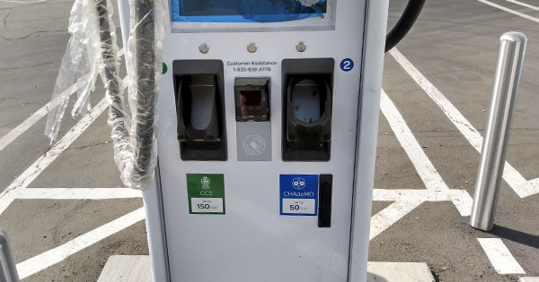 Dual head kiosk with CCS and CHAdeMO cables at the EA station in Bakersfield, CA.